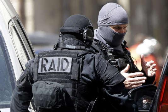 Des policiers du RAID durant les recherches à Marseille, le 18 avril.