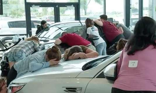 Pour repartir avec une voiture, le but est de plaquer une partie de son corps sur un véhicule. Ici dans une concession automobile aux Etats-Unis.