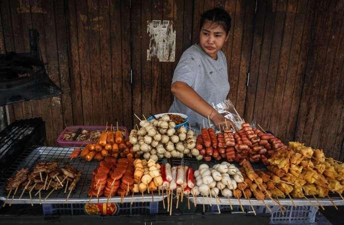 La vente de nourriture dans la rue (« street food») fait partie du charme de Bangkok, la ville la plus visitée au monde, avec 21,47millions de visiteurs en2016.