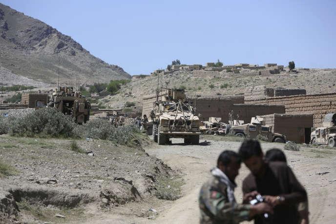 Des forces américaines et afghanes, samedi 15 avril à Asad Khil (district d'Achin), près du site où les Etats-Unis ont largué la «mère de toutes les bombes», le 13 avril.Rahmat Gul/AP