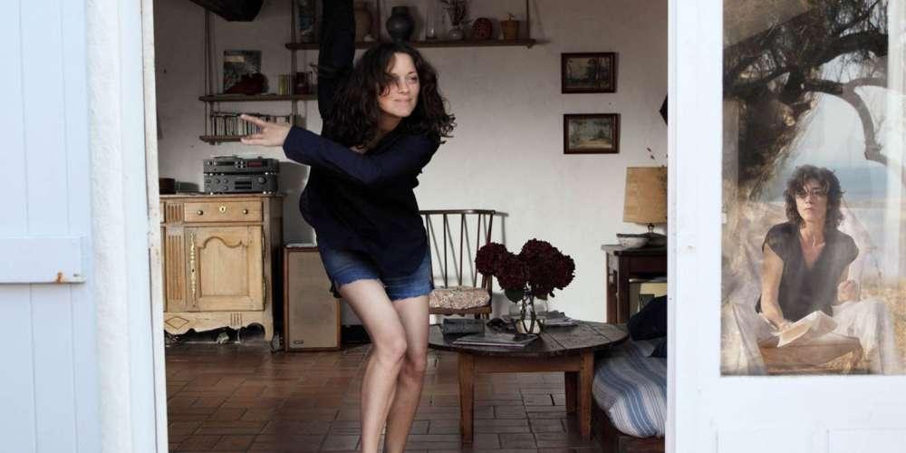 Cette histoire d'amour, avecMathieu Amalric, Marion Cotillard et Charlotte Gainsbourg dans les rôles principaux, est présentée en ouverture (hors compétition) du 70e Festival de Cannes, mercredi 17 mai. Le film sort le même jour en salles. Il en existe deux versions :une version que son auteur, Arnaud Desplechin, qualifie de «française». D'une durée d'une heure cinquante, c'est celle que le distributeur du film, Le Pacte, présente dans la grande majorité des salles de l'Hexagone. Une autre version existe, plus longue de vingt minutes, que Desplechin nomme «version originale», ou «director's cut».