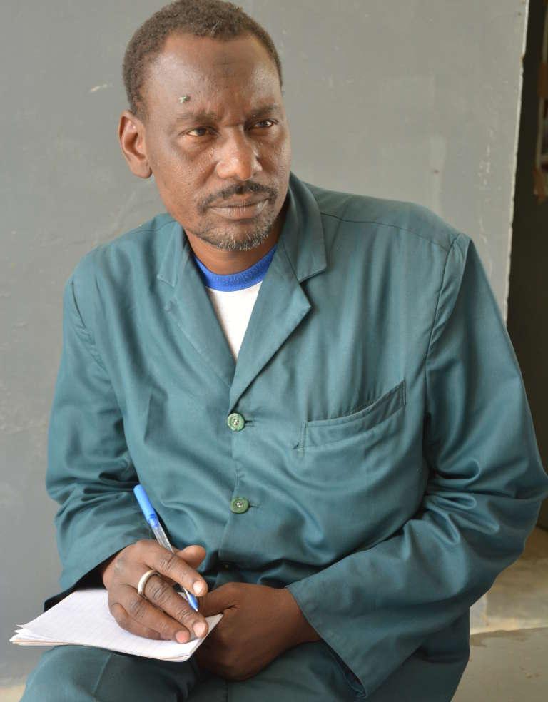 Le major Hassane, infirmier qui dirige le Centre de santé intégré de Toumour, à 100 km de Diffa.