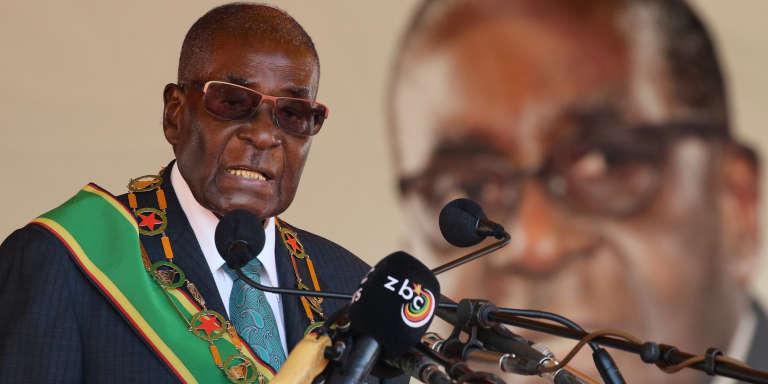 Le président du Zimbabwe, Robert Mugabe, prononce un discours dans le cadre des célébrations du 37e anniversaire de l'indépendance du pays, à Harare, le 18 avril 2017.