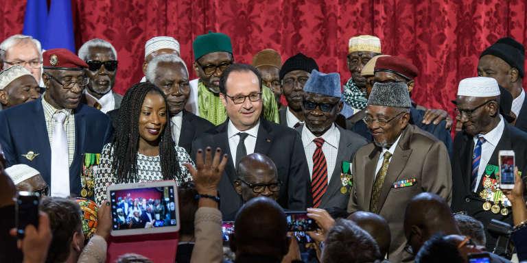 Le président François Hollande entouré de plusieurs « tirailleurs sénégalais» lors de la cérémonie de naturalisation à l'Elysée,le 15 avril 2017.