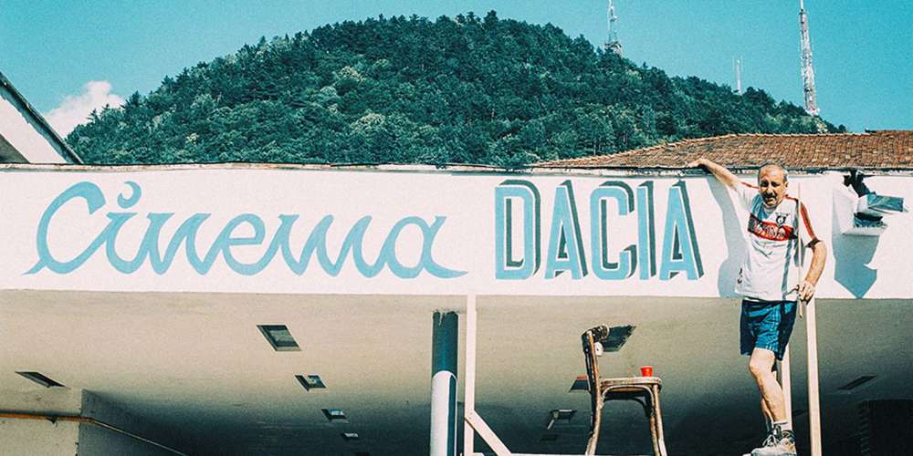 A Piatra Neamt, petite ville du nord-est de la Roumanie, Victor Purice et ses deux employés tiennent à bout de bras le cinéma «Dacia Panoramic», l'une des dernières salles du pays, délaissée et en voie de décrépitude. Sur une tonalité à la fois élégiaque et cocasse (Victor est filmé comme une sorte de Don Quichotte illuminé), le réalisateur souligne à juste titre la profonde morbidité de la cinéphilie, mais ne parvient pas à donner d'autre épaisseur à son film que celle d'un simple tract en faveur de cette salle.