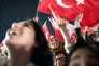 Des partisans du président turc, Recep Tayyip Erdogan, célèbrent la victoire du oui au référendum, le 16avril, à Istanbul.