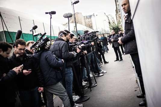 Dans l'étroite rue Firmin-Gillot (15e), qui accueille le QG de François Fillon, les habitants ont du mal à se déplacer.