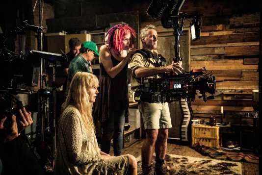 La réalisatrice Lana Wachowski (au centre) sur le tournage de la saison 2 de «Sense8», à Berlin.
