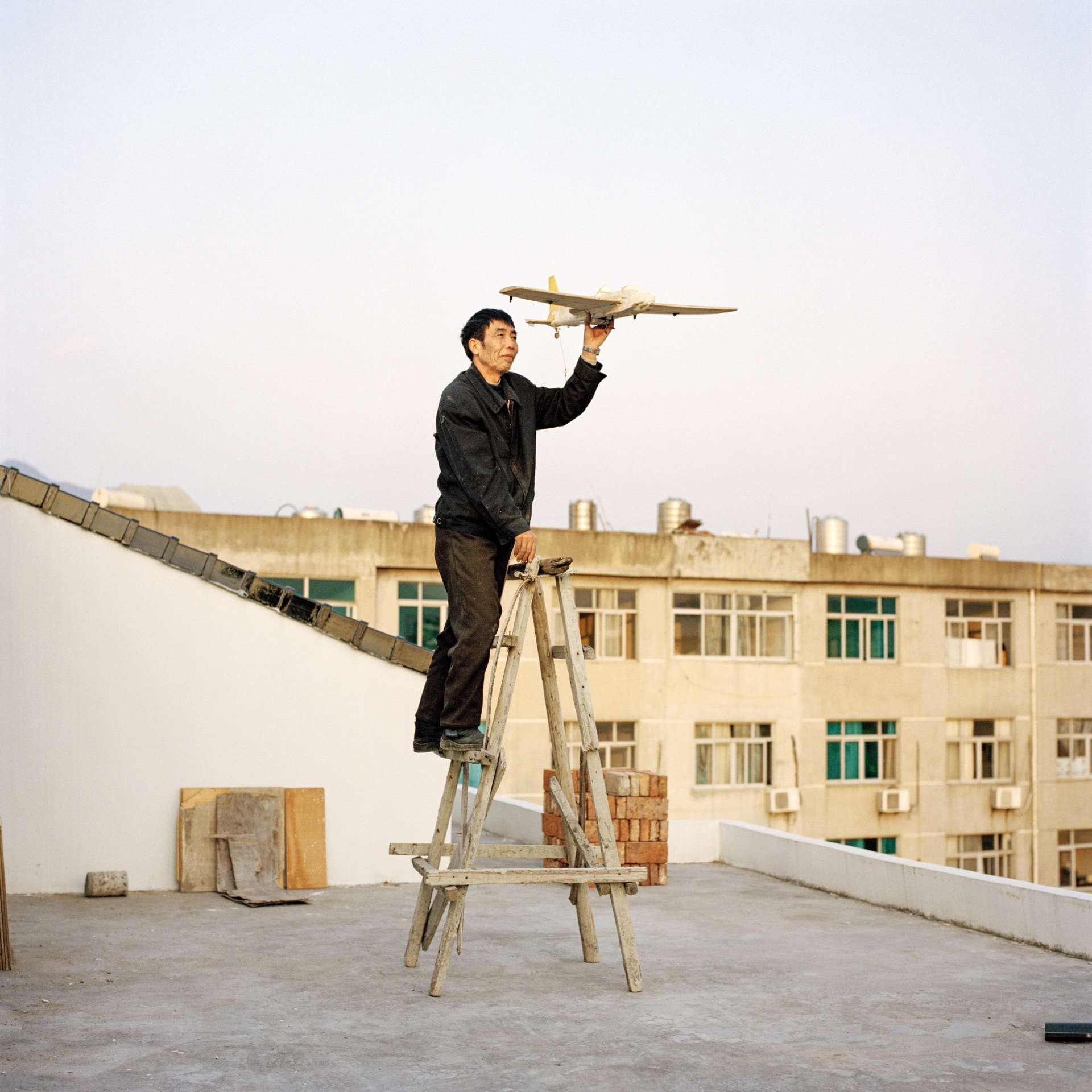D'intrépides Chinois bricolent avec les moyens du bord le coucou de fortune qui les fera quitter terre. La photographe Xiaoxiao Xu est partie à la rencontre de ces mécanos du dimanche un peu perchés.Yuan Xiangqiu rêve deconstruire un appareil capable de survoler le mont Tiantai. En attendant, il a surnomméson petit-fils Chen Xiang(Vol du matin). (Ville de Tiantai,province du Zhejiang).