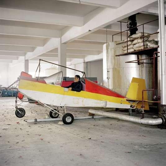 En 2013, un accident a cloué Jin Shaozhi (ici dans son avion, baptisé Cheval céleste)au sol pendant un an, mais il rêve toujours de voler (page de gauche, le plan de son engin).« La première fois que j'ai réussi, j'étais aux anges. Et chaque fois que je suis dans le ciel, je voudrais y rester plus longtemps. J'envisage de voler jusqu'à mes 90 anset de sans cesse améliorer mon avion. » (Ville de Lishui, province du Zhejiang).