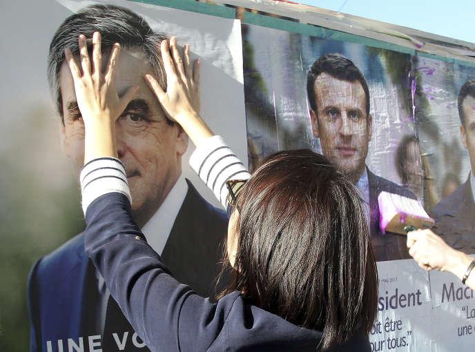 «Comment expliquer que notre service public pose tellement de problèmes, alors que notre dépense publique est plus élevée que celle de nos voisins ?» (Affiches de François Fillon et Emmanuel Macron).