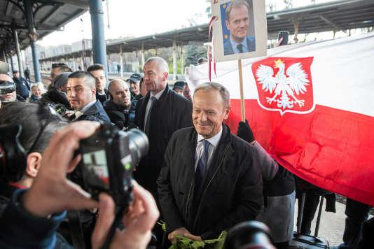 L'ancien premier ministre polonais, Donald Tusk, a été accueilli par une grosse centaine de soutiens, à Varsovie le 19avril.