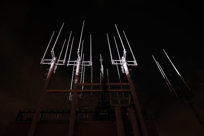 Des projecteurs éclairent les antennes du Rockefeller Center, à New York, en 2015.