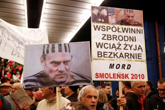 Des détracteurs de Donald Tusk étaient également présents à la gare de Varsovie, le 19avril.