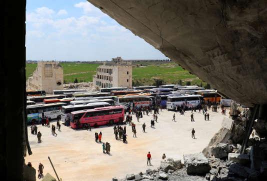 Des civils évacués des villagesde Foua et Kefraya attendent de poursuivre leur chemin.