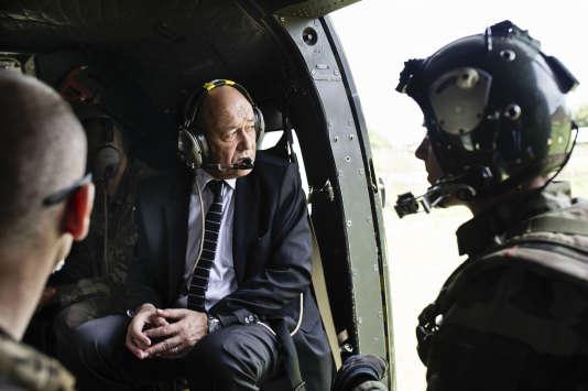 Jean-Yves LeDriandans un hélicoptère qui survole Mbaïki, enRépublique Centrafricaine, le 12 février 2014.