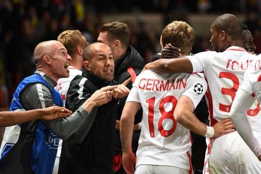 L'entraîneur monégasque Leonardo Jardim félicite ses joueurs, mercredi 19 avril, lors de leur victoire (3-1) contre le Borussia Dortmund, en quarts de finale retour de Ligue des champions.
