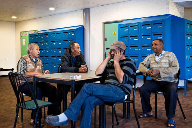 Des résidents dans la salle commune du centre de transit de Villeurbanne où vivent Merhawi et ses deux fils.
