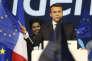 Emmanuel Macron agite un drapeau européen, le 19 avril 2017.