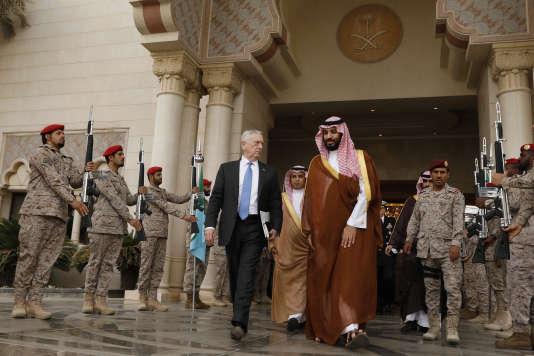 Le secrétaire à la défense américain, James Mattis, reçu à Riyad, le 19 avril, par le vice-prince héritier Mohammed Ben Salman.