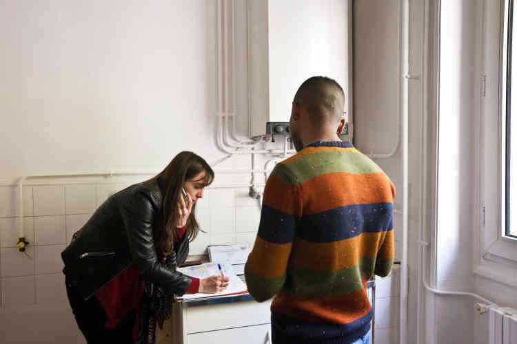 Le 20 avril, Merhawi a pu emménager dans le 6e arrondissement de Lyon. Le jour de l'état des lieux, Caroline Rabatel, assistante sociale au sein de l'association Forum réfugiés,prend rendez-vous avec un plombier et un carreleur pour rendre l'appartement fonctionnel. Même s'il reste quelques travaux à effectuer, Merhawi est heureux« de poser enfin ses valises ».