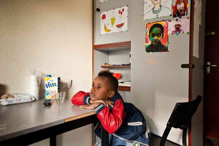 Rafaël, 5 ans, regarde la télévision après l'école dans l'une des deux pièces exiguës appelée le salon.