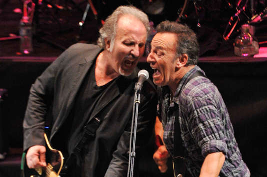 Bruce Springsteen sur scène avec Joe Grushecky, l'auteur-compositeur du morceau « That's what makes us great ».