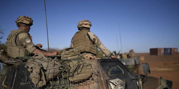 Soldats français de l'opération « Barkhane» venue en appui aérien de l'armée malienne après l'attaque du camp de Gourma Rharous, dans la région de Tombouctou, le 18 avril 2017.
