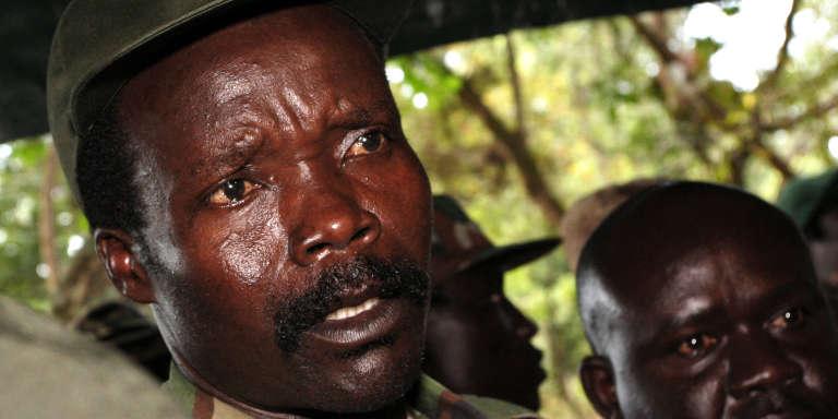 Le chef de l'Armée de résistance du Seigneur (Lord's Resistance Army, LRA), Joseph Kony, répond aux questions des journalistes après sa rencontre avec le secrétaire général adjoint de l'ONU aux affaires humanitaires, Jan Egeland, à Ri-Kwangba, au Soudan du Sud, le 12 novembre 2006.