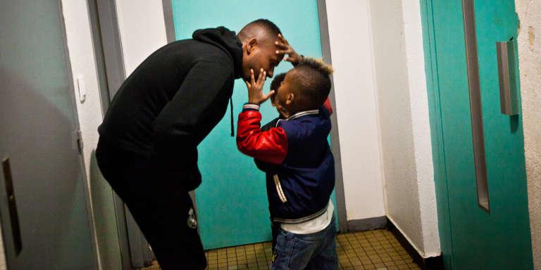 Le 10 avril 2017, Merhawi et ses deux fils Rafaël, 5 ans, et Sem, 4 ans, jouent dans l'entrée du centre de transit de Villeurbanne.