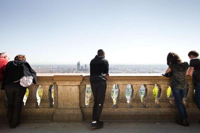 Du sommet de la colline de Fourvière, Merhawi admire la vue sur la ville de Lyon, le 10 avril 2017.
