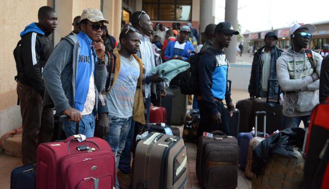 Migrants burkinabés rapatriés de Libye à l'aéroport international de Ouagadougou, le 19 avril 2017.