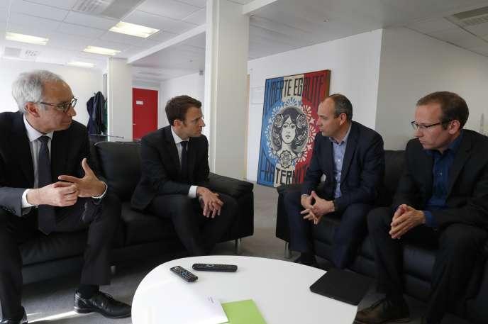 De gauche à droite: l'économiste Jean Pisani-Ferry, Emmanuel Macron, Laurent Berger et Frédéric Sève, secrétaire général du SGEN-CFDT, le 20 avril.