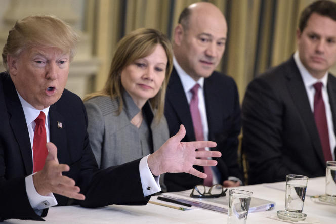 Donald Trump, avec Mary Barra, PDG de General Motors, et Gary Cohn, le président du Conseil national économique, venu de Goldman Sach, à la Maison Blanche, le 3 février.