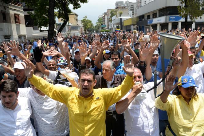 Des manifestants lors d'une marche contre le président vénézuélien Nicolas Maduro, à Caracas le 19 avril.