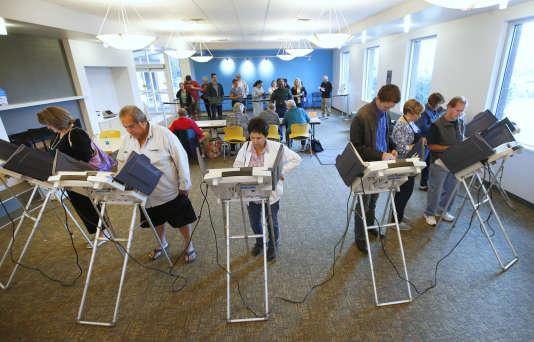 Les électeurs américains votent sur des machines de vote électroniques, le 25 octobre 2016, à Provo (Utah).