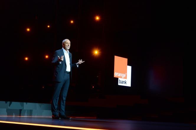 Le président-directeur général d'Orange, Stéphane Richard, présente le service de banque que compte lancer l'opérateur télécoms.