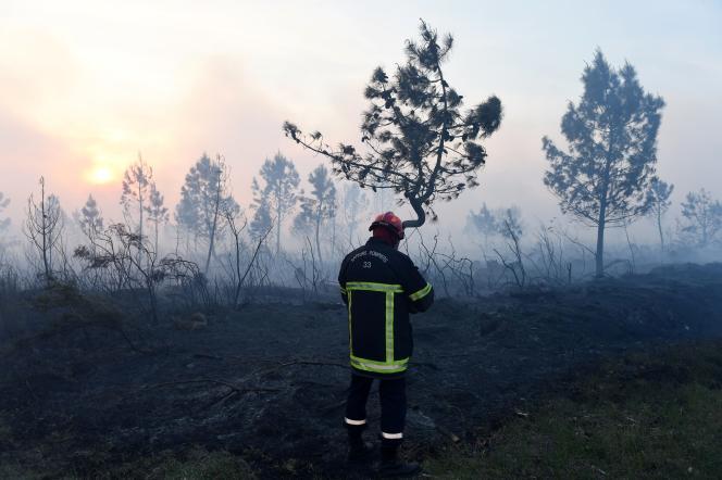Un pompier à Cissac, le 20 avril.