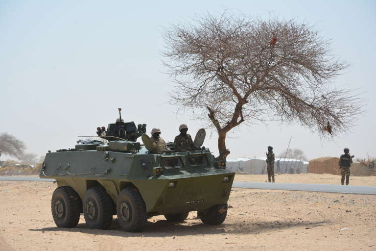 Un véhicule de l'avant blindé (VAB) en patrouille le long de la frontière nigéro-nigériane, au Niger en mars 2017.