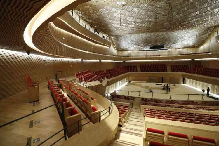 Conçu avec la précision d'un instrument, l'auditorium évoque aussi, avec son travail de matières, l'artisanat. La coque arrondie de l'auditorium est protégée par une enveloppe extérieure faite d'un tressage de bois d'épicéa, dont les lamelles collées évoquent «un nid d'oiseau».