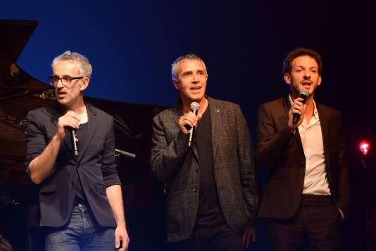 Les chanteurs Vincent Delerm et Julien Clerc avec le comédien Vincent Dedienne lors du concert en hommage à Barbara au 41e Printemps de Bourges, le 20 avril 2017.