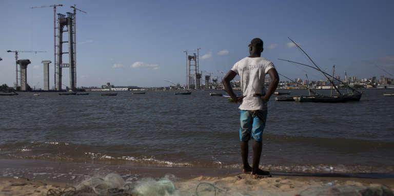 Un pêcheur devant le chantier du pont Maputo-Catembe, au Mozambique, le 10 février 2017.
