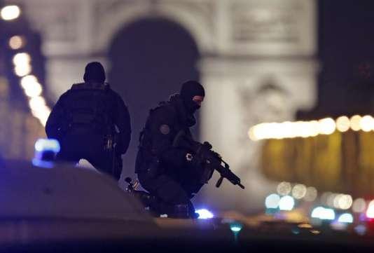 Des policiers sur un véhicule, jeudi 20 mars, sur les Champs-Elysées, à Paris.