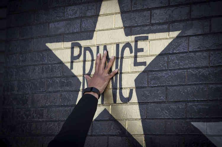«Prince et ses talents extraordinaires ont incarné une ère musicale et fait connaître le Minnesota au monde» entier, a déclaré le gouverneur de l'Etat, Mark Dayton, en annonçant que le 21 avril marquerait désormais le «Jour de Prince».