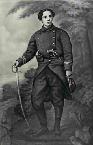 «Née en 1843 à Bourg-en- Bresse, Marie Favier s'engage comme volontaire en septembre 1870. Elle combat dans l'Armée des Vosges, formée en octobre 1870 et placée sous le commandement de Giuseppe Garibaldi. Elle sert dans le bataillon Nicolaï, qui rassemble des francs-tireurs du Doubs.»