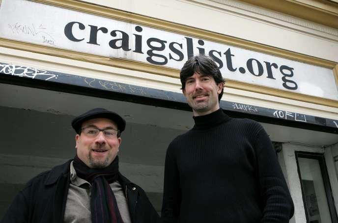 Craig Newmark, le fondateur, et le dirigeant de Craigslist, Jim Buckmaster, devant les bureaux du site à San Francisco, en Californie, en mars 2006.