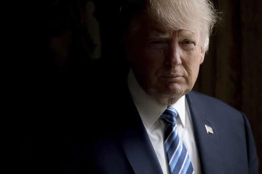 Donald Trump pose pour un portrait dans le bureau Ovale de la Maison Blanche, le 21 avril.