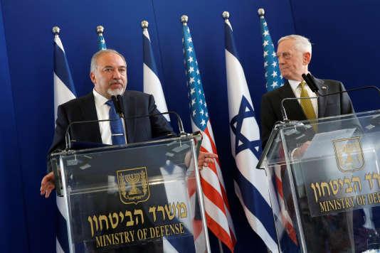 Le secrétaire américain à la défense, James Mattis (à droite) a encore expliqué que l'armée de l'air syrienne avait dispersé ses appareils, de crainte d'une nouvelle frappe américaine.