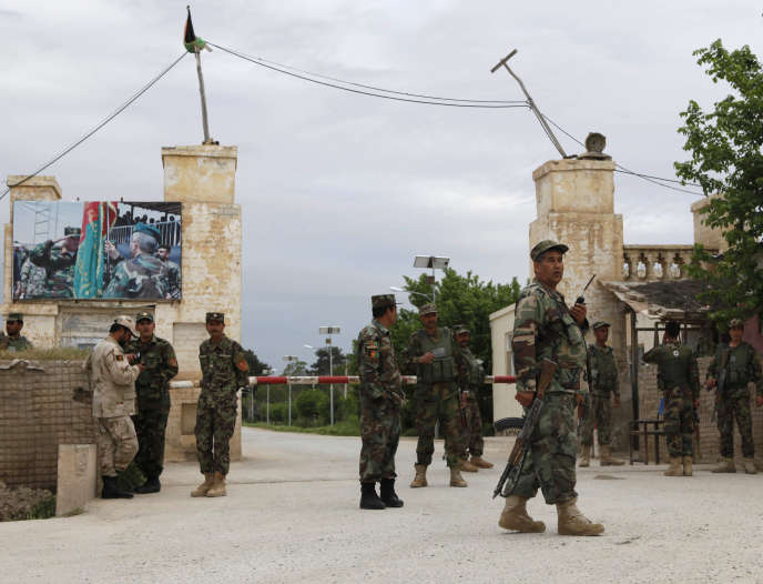 A proximité du lieu de l'attaque, sur la base de Mazar-i-Sharif, le 21 avril.