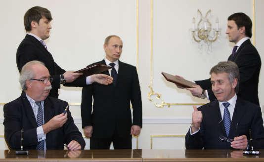 Le président de Novatek, Leonid Mikhelson, assis à droite de Vladimir Poutine, est l'oligarque le plus riche de Russie, selon« Forbes».